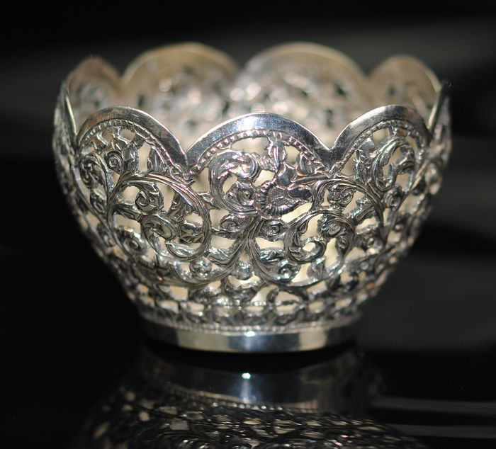 Repousse Oriental Bowl - Silver - India - Late 19th century