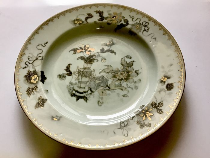 A fine and exceedingly rareandgrisaille-decorated ' gold vases and flowers '  - Porcelain - China - Yongzheng (1723-1735)