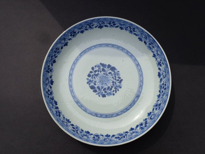 Plate (1) - Blue and white - Porcelain - Flowers - China - 18th century
