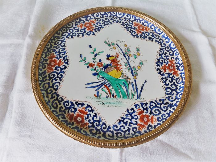 Porcelain dish hand painted and embellished with a gilt metal lathe in its original box (1) - porcelain and gold metal