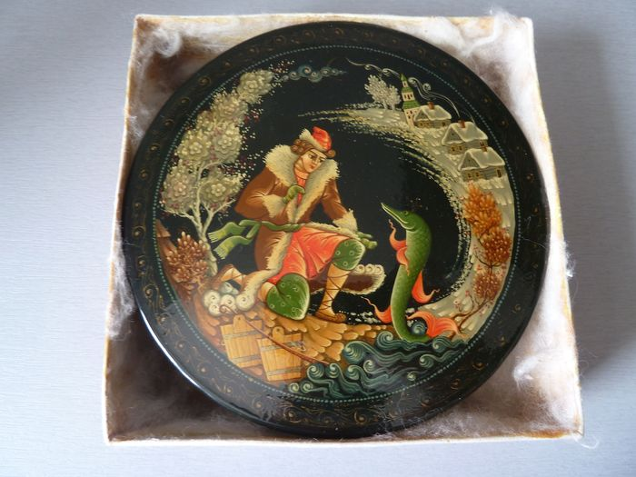 very nice old hand painted Palekh box in lacquer and signed (1) - lacquer