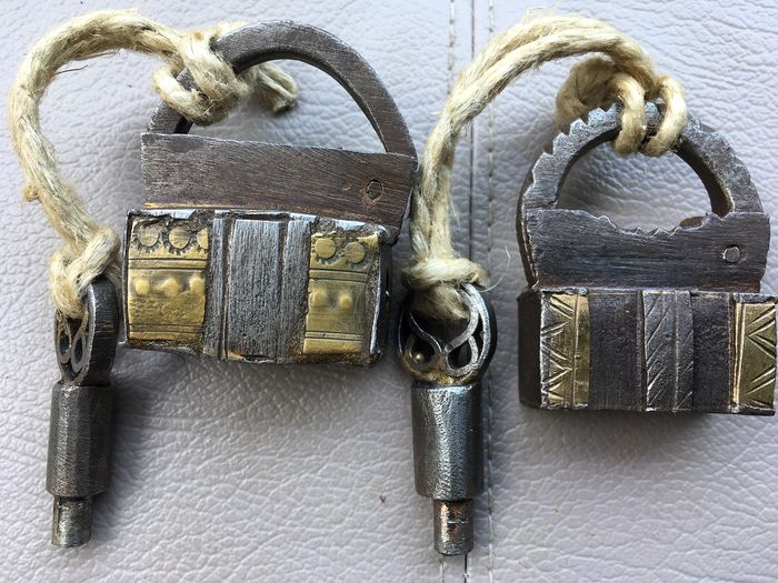 Two small antique locks with extraction opening, with perfectly functioning keys (2) - Brass, Iron (cast/wrought)