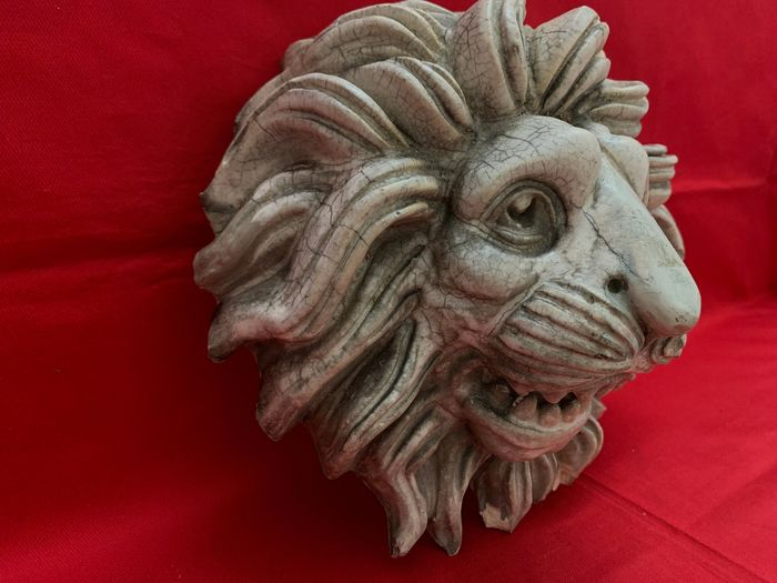 Wall frieze depicting a lion's head - Marbled enamel stucco - Early 20th century