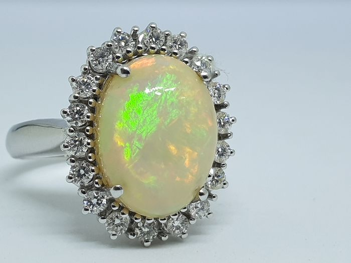18 kt Weißgold - Ring - 5.65 ct Opal - Diamanten