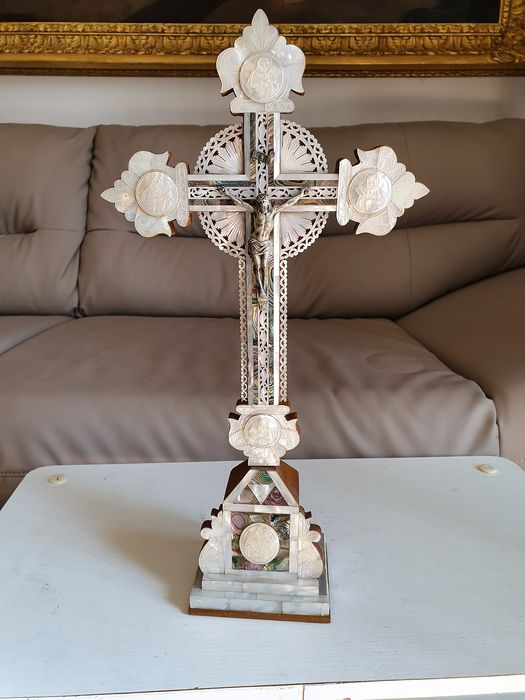 Crucifix - Crucifix in mother-of-pearl engraved on wood