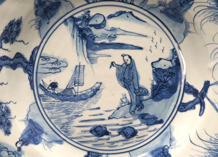 Charger - Porcelain - Large - Scholar in amazing rock landscape with fisherman at sea - 3 Friends of winter - China - Ming Dynasty (1368-1644)