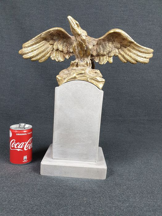 Sculpture, eagle sculpture on pedestal (1) - Gilded bronze and gray marble base - ca. 1930