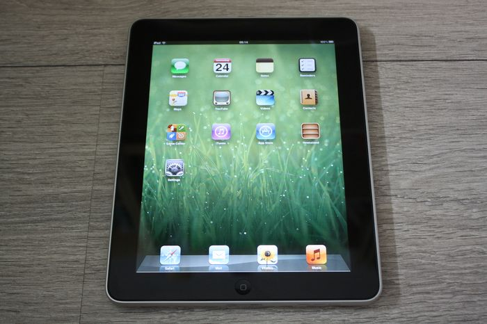 Apple iPad (WiFi, 16GB) - model A1219 - avec câble de charge