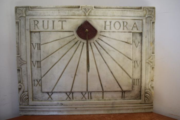 Large sundial with inlay, antique red marble and bronze Gnomon - Marble - 20th century