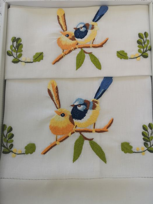 Spectacular 1 + 1 hand towels in 100% pure linen with Birds embroidery in Solid Point - Linen - AFTER 2000
