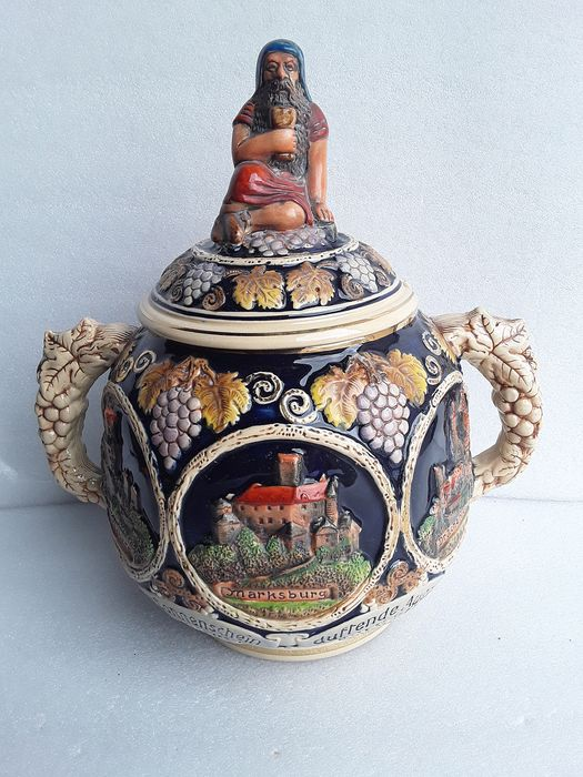 Beautiful and old pot in relief - Ceramic