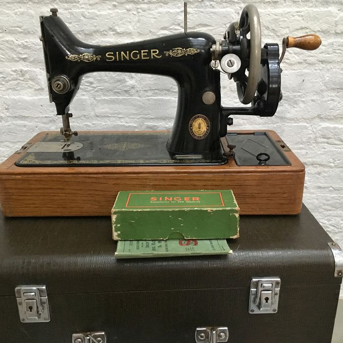 Singer 99K - Sewing machine with original Cheney case with