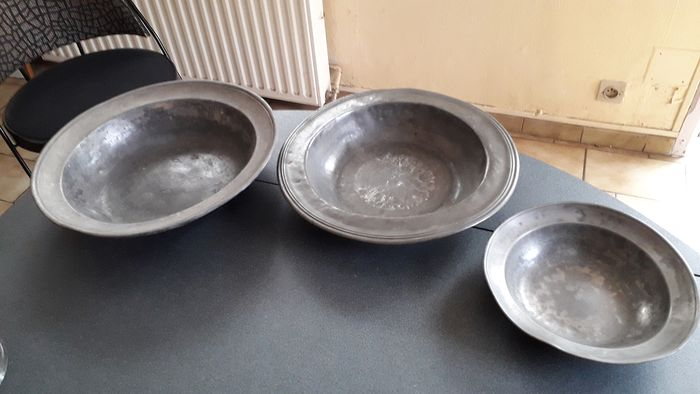 3 dishes 2 plates 2 spoons 1 ladle 2 large spoons (10) - tins