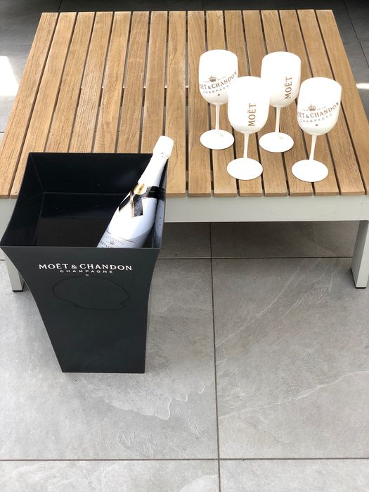 Moët & Chandon set of 4 glasses and 1 very large black ice-cooler / planter - Champagne