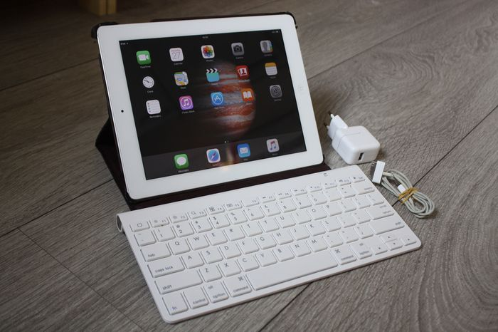 Apple iPad 2 (WiFi, 16GB) - model A1395 - Con cover robusta, tastiera Bluetooth e caricabatterie originale