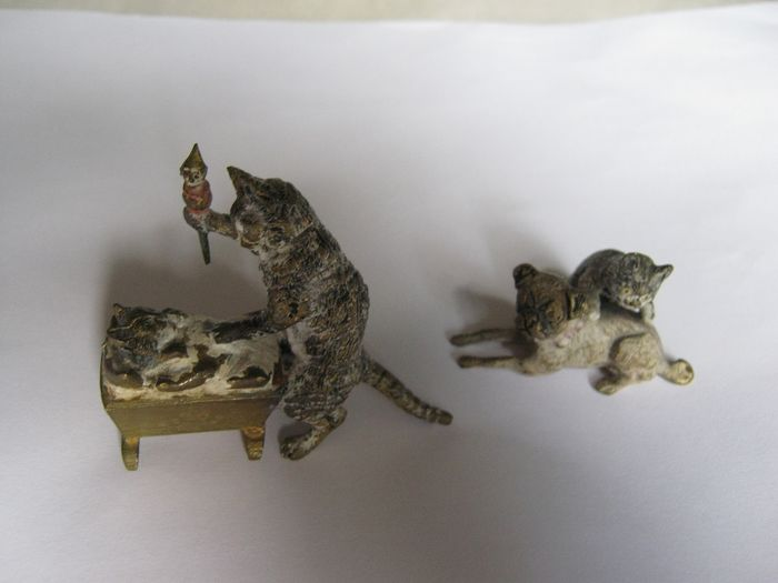 Sculpture, Viennese bronze figurines - cat and dog & mother cat with kitten (2) - Bronze (cold painted) - Early 20th century