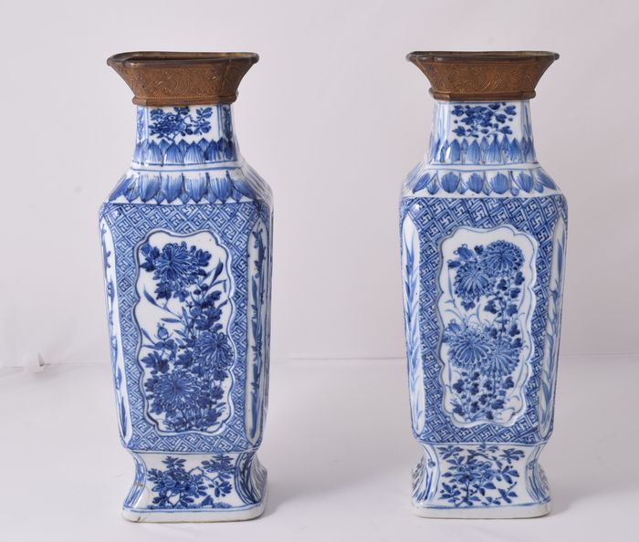A pair of large vases - Blue and white - Porcelain - China - Kangxi (1662-1722)
