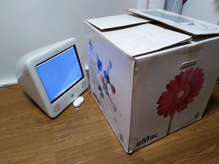 1 eMac - Macintosh - In original sealed box