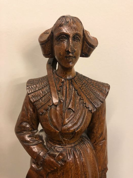 Sculpture, Zeeland lady traditional clothing - 50 cm - Oak - First half 20th century