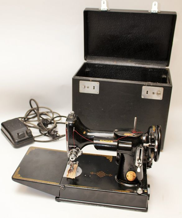 Singer Featherweight 221 Aniversarymodel - Sewing machine with case and accesories, 1949 - Iron (cast/wrought)
