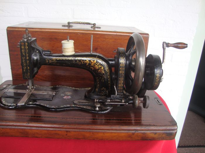 Wertheim S63 - Low Arm Fiddlebase - Hand sewing machine with beautiful gold drawings and lots of mother-of-pearl, 1880s - Wood - Chrome - Iron