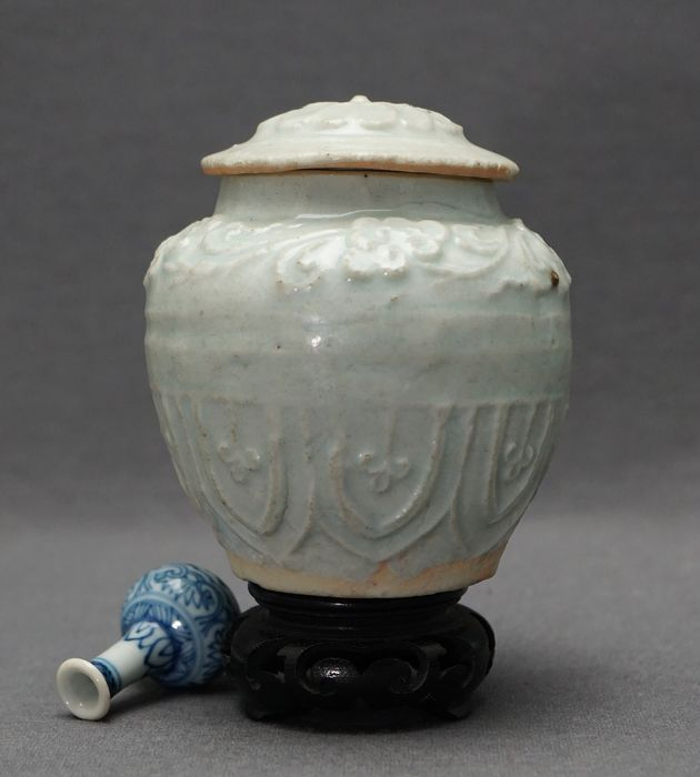 Lidded jar  - Porcelain - Moulded florals and leafs - Qingbai glazed - Bluish green  - China - Southern Song (1127-1279)