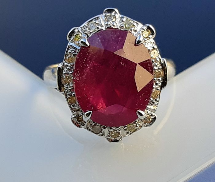 18 kt. Gold - Ring - 6.52 ct Ruby - Diamonds