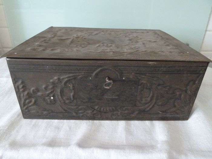 heavy metal box with key filled with old photos and a bronze medal (1) - bronze metal