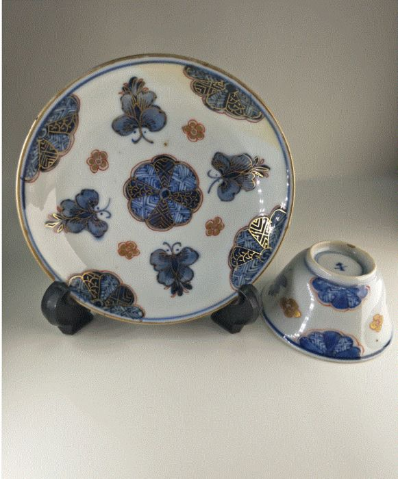 Saucer, Tea Cup (2) - Porcelain - Rare decoration with butterflies - marked base - China - Kangxi (1662-1722)