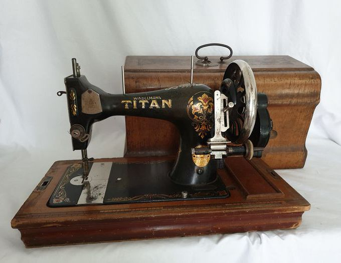 Winselmann Titan - Sewing machine with dust cover, 1930s - cast iron and wood