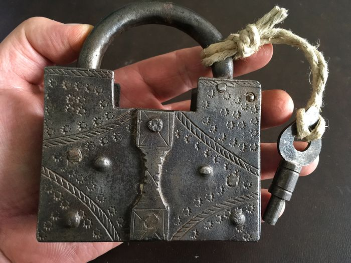 Wonderful antique wrought iron padlock, riveted and decorated with a secret and key perfectly (1) - Iron (cast/wrought)