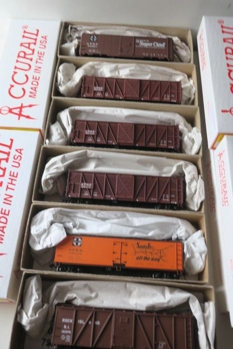 Accurail H0 - Freight carriage - 6 piece kits partly built - US