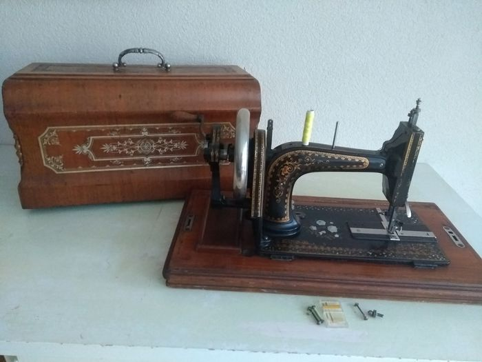 Gritzner TS - Sewing machine with dust cover, ca.1900 - wood and cast iron