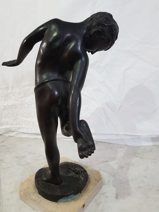 After the original of Annibale De Lotto  - Sculpture, Boy bitten by the crab (1) - Bronze - Second half 20th century