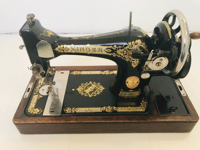 Singer 28K - Sewing machine with wooden dust cover, 1933 - Iron (cast/wrought), Wood