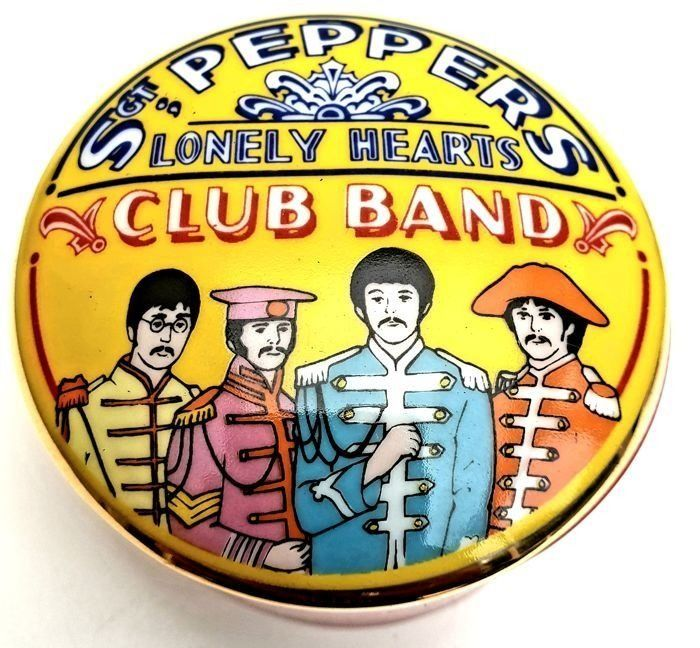 """Franklin Mint - Extremely Rare - The Best of The Beatles - """"Groupe du Sgt Peppers Lonely Hearts Club"""" - Boîte à musique en porcelaine fine - Accents or 24 carats"""