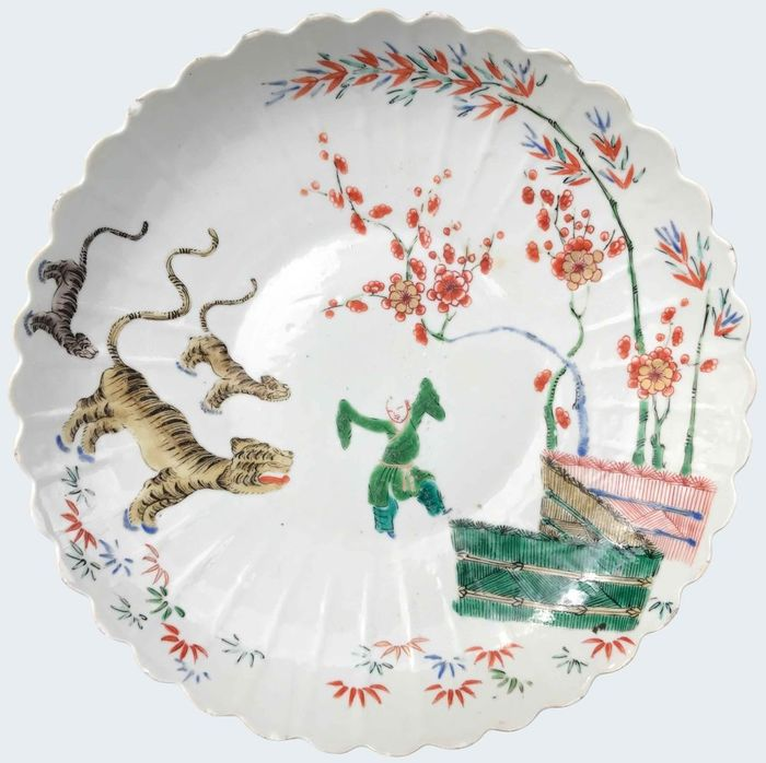 Large famille verte dish decorated with a boy and a tiger - Porcelain - China - Kangxi (1662-1722)