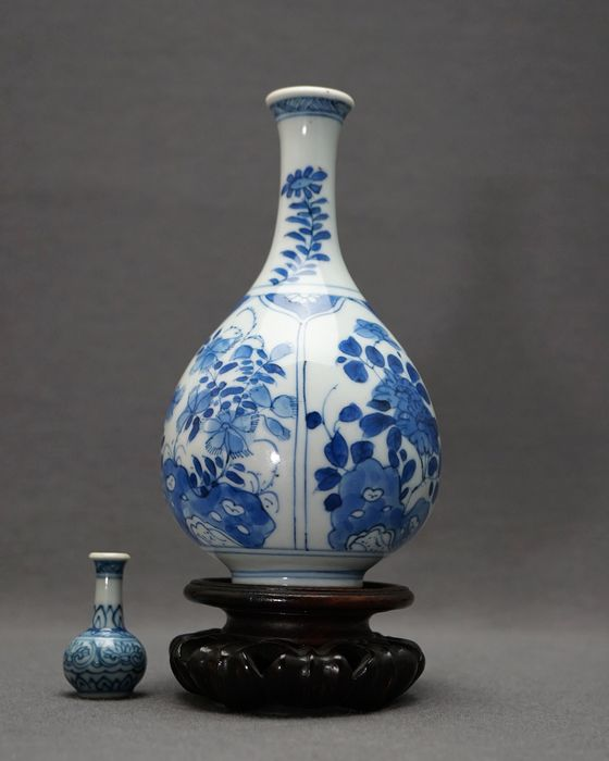 Vase bouteille - Porcelaine - Mint! - Peonies and blossoms on pierced rock - Chine - Kangxi (1662–1722)