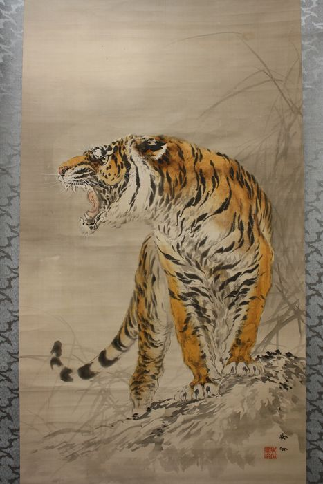 Rolschildering (1) - Been, Papier, Zijde - Tiger - Roaring tiger - A very big painting by 'Mio Goseki' 三尾呉石 (1885-1946)  H 247.5cm W 91cm - Japan - Ca 1930 (vroege showperiode)