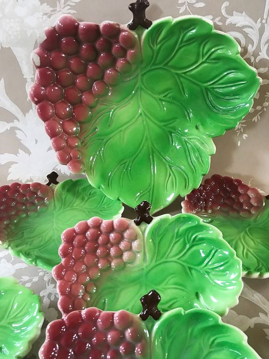 Lots of source and six plates for desserts, snack, with reliefs. Glazed Ceramics - Ceramic