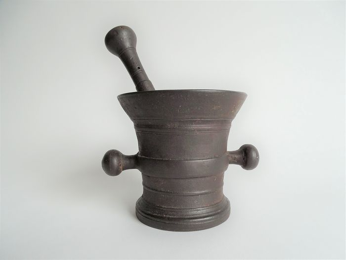 Large mortar and pestle made of cast iron - Cast iron