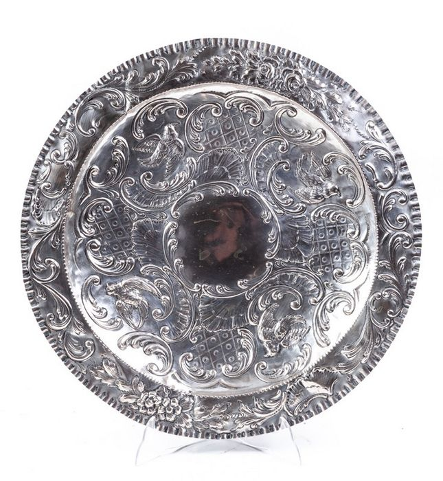 Court of Madrid. Embossed decorative plate. 627 gr. - Late 18th century