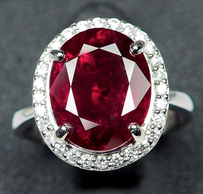 "18kt - White Gold Ring - 4.41 ct - Natural ""Pigeon Blood"" Red Ruby & VS Diamonds"