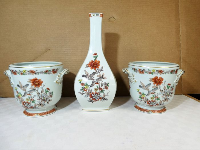 Vista Alegre - Pair of beautifully decorated cachepots + vase - Porcelain