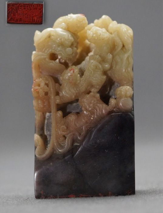 Seal - Soapstone - Fine carved - Shishi with ball, ribbons and five cubs - China - Second half 20th century