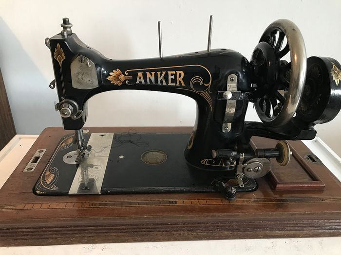 Anker - Sewing machine in wooden box - Iron (cast/wrought)
