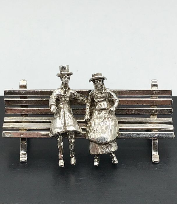 Volledig Nederlands gekeurd - Large, heavy handmade Dutch silver miniature in the shape of a lady and a gentleman on one - Silver