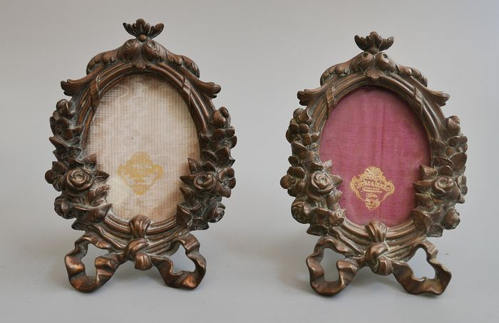 AN OVAL FRAME (2) - Bronze, bronze - Late 19th century