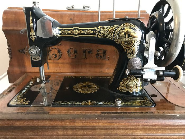 Gera - Sewing machine in wooden box - Iron (cast/wrought)