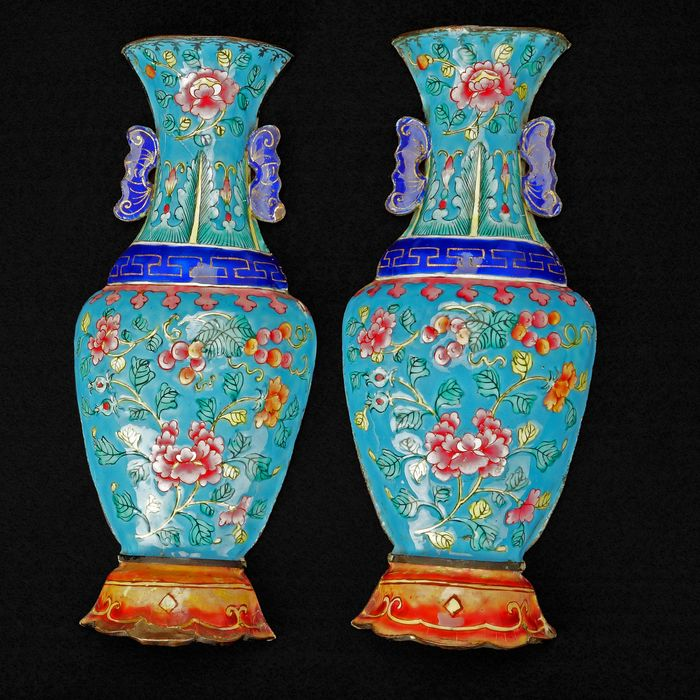 Wall vase (1) - Blue-ground, Floral - Enamel - Flowers - Pair of Chinese Qing Metal Enameled Wall Pockets with Rose Design 18th/19th Century - China - Qing Dynasty (1644-1911)